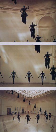Issey Miyake Bodyworks Exhibition, 1983. Đây là một fashion show độc đáo của Issey Miyake lấy ý tưởng từ những chú robot mạnh mẽ cứng cáp ( Japanese invasion )