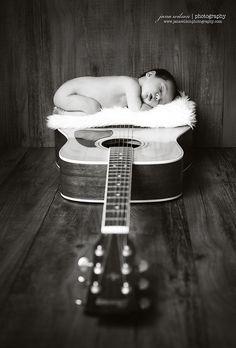 newborn on guittar Pra você se inspirar e fazer um lindo ensaio do seu baby #newbornphotography #newborn #recemnascido #kids #child #baby #bebê #motherhood #maternidae #filhos #fotos #fotografia #photography #Newborn