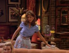 Here Are All 90 Outfits Rachel Green Wore On The First Season Of Friends In honor of the anniversary of the show's premiere on Sept. here's a look at everything Rachel wore in the series' first 24 episodes. Estilo Rachel Green, Rachel Green Hair, Rachel Green Style, Rachel Green Outfits, Friends Rachel Outfits, Rachel Green Friends, Friend Outfits, Friends Tv, Jenifer Aniston