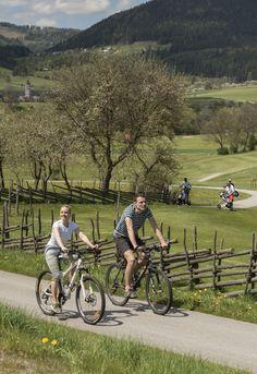Radeln beim Golfplatz ind Fladnitz an der Teichalm im Naturpark Almenland! In der Region gibt es jede Menge Radtouren für Sportliche und Genussradler! #radfahren #genussradeln #biken #naturparkalmenland #almenland Radler, Bicycle, Vehicles, Bike Rides, Summer, Bicycle Kick, Bike, Trial Bike, Bicycles