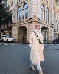 ehrin beyazlar na kar p kaybolmadan 5 dk nce Kaban hulyaince Street Hijab Fashion, Muslim Fashion, Modest Fashion, Curvy Fashion, Indian Fashion, Casual Hijab Outfit, Hijab Chic, Curvy Outfits, Mode Outfits
