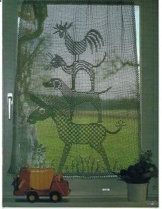 Town musicians of Bremen, by the Grimms brothers, in filet crochet. So cute. I love this story as a kid and when reading it to my kids. Id love this curtain in my kitchen.