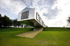 #Insolite Dans le Suffolk en Grande-Bretagne, une curieuse maison toute en panneaux argentées se balance dans le vide ! #Architecture de RDMDV (Pays-Bas)