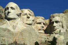Un tour du monde de ces géants de pierre, d'or ou de bronze, élevés par différentes civilisations pour honorer leurs dieux ou leurs héros.