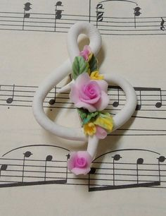White Music Clef Rose Broach - Handmade with Clay by Jane Kao Polymer Clay Flowers, Fimo Clay, Polymer Clay Projects, Polymer Clay Charms, Polymer Clay Creations, Polymer Clay Art, Clay Beads, Polymer Clay Jewelry, Clay Crafts