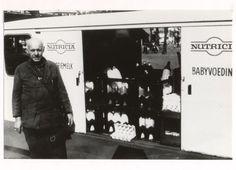 Melkboer A.A. Kuijlaars bij zijn Nutricia-melkwagen. Hij is tot zijn 75ste jaar in de binnenstad als melkman actief geweest. Hij woonde op een boerderij aan Ginnekenstraat 65. Zijn vader had in hetzelfde pand een groentewinkel. A.A. Kuijlaars was gehuwd met C.A. Vermeulen op 13 januari 1932. Zij vierden hun 50 jarig huwelijksfeest op 13 januari 1982. Men had vier kinderen. 1976