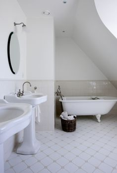 Palladio basin with pedestal / Savoy mirror / Essenze wall tiles / Victoria floor / Bistrot taps / Bistrot scone / Astoria Rolltop bath for Gottschalck by AQUADOMO featured in Mad & Bolig
