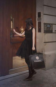Những mẫu váy đen khiến chị em công sở trở nên cuốn hút - http://embeauty.vn/nhung-mau-vay-den-khien-chi-em-cong-so-tro-nen-cuon-hut.html