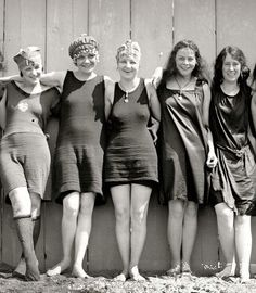 Flapper girls at the beach 1920s Swimsuit, 1920s Flapper Girl, 1920s Looks, Bathing Costumes, Vintage Bathing Suits, Flappers, Bathing Beauties, Bikini Photos, Swimsuits