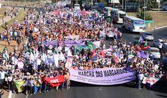 """Portal Galdinosaqua: Margaridas em marcha por desenvolvimento com democracia """"Marcha, mulher, marcha / molha os pés mas não faz a unha / viemos de todo o Brasil / corta a cabeça do Eduardo Cunha"""", cantava as Margaridas"""