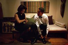 Barack Obama y Michelle Obama se preparan para dar el discurso de apertura en el…