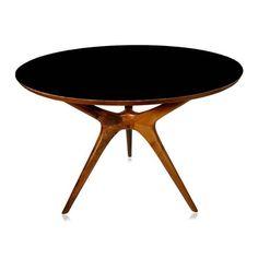 Mesa de jantar redonda, tampo em fórmica fosca ou lamina natural de imbuia, base em imbuia maciça. Cor da madeira pode sofrer diferenças de tonalidade de peça para peça. Mesa de simples montagem, somente fixar tampo na base. Fabricação Desmobilia.