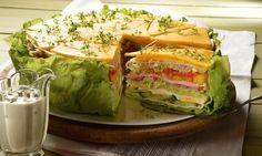 Eine würzig-frische Torte mit frischem Salat und Knoblauchdressing (psst: da gibt's was Leckeres von Kühne!)