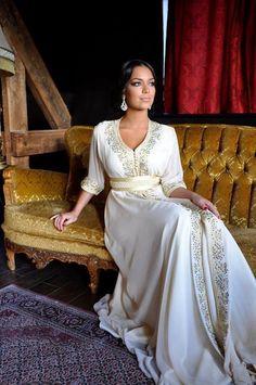 Robe Dubai blanche et argentée avec ceinture