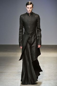 Gareth Pugh Fall 2010 Ready-to-Wear Fashion Show I'll never be able to look like that in it, but ya MEN should start reincorporating skirting… Outfits Inspiration, Mode Inspiration, Gareth Pugh, Dark Fashion, Mens Fashion, Fashion Goth, Latex Fashion, Steampunk Fashion, Medieval Fashion