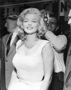 Marilyn Monroe pictures and photos Old Hollywood, Hollywood Glamour, Hollywood Stars, Classic Hollywood, Divas, Cinema Tv, Marilyn Monroe Photos, Marilyn Monroe Hair, Actrices Hollywood