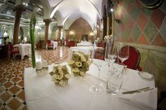 photo Dino Zanolin Photographer. AD creazioni in carta, Kusudama complementi d'arredo sulla tavola dell'Hotel Due Torri a Verona