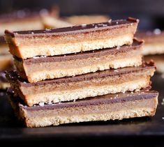This recipe for healthy homemade Twix Bars is a game changer! When you take a bite, you won't believe that this candy bar copycat is gluten-free, refined sugar free, Paleo, and vegan. The vegan caramel is delicious. Paleo Dessert, Dessert Recipes, Paleo Vegan, Vegan Recipes, Paleo Bars, Vegan Gluten Free Desserts, Homemade Twix Bars, Vegan Candies, Holiday Desserts