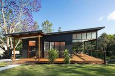 """Modern Tropical Home is a Granny Flat for a Hip Elderly Couple Samford Valley Small House - """"Granny Flat"""" my ass, I would fight my granny for this house!Samford Valley Small House - """"Granny Flat"""" my ass, I would fight my granny for this house! Modern Small House Design, Small Modern Home, Modern Homes, Modern Roof Design, Flat Roof House Designs, Casas Containers, Shed Homes, Tropical Houses, Modern Tropical House"""