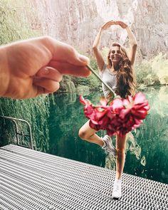 A imagem pode conter: 1 pessoa, flor e atividades ao ar livre