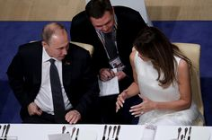 DIPLOMATIE DES DÎNERS: au G20 vendredi soir, les couples ont été répartis pendant le dîner, ce qui a amené le président russe Vladimir Poutine (à gauche) assis à côté de la première dame américaine Melanie Trump (à droite)