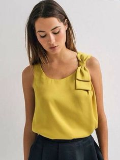 Blusa mostaza sin mangas con detalle de moño en el hombro / blouse mustard yellow with bow in the shoulder Blouse Styles, Blouse Designs, Diy Vetement, Couture Sewing, Couture Tops, Mode Outfits, Mode Inspiration, Mode Style, Refashion