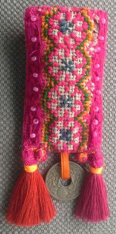 Broche textile rose fuchsia. Esprit ethnique. par VeronikB sur Etsy