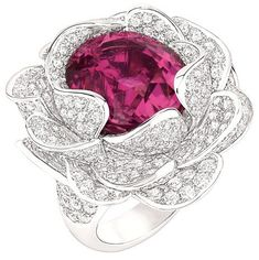 Anillo Flor de Camelia forjado en oro blanco de 18 kilates y diamantes con turmalina rosa en el centro.