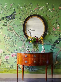 de Gournay produce a range of superbly created wallpapers including our Chinoiserie end Eclectic collections with vibrant and contrasting colours. De Gournay Wallpaper, Silk Wallpaper, Hand Painted Wallpaper, Chinoiserie Wallpaper, Chinoiserie Chic, Wallpaper Panels, Painting Wallpaper, Deco Cafe, Chinese Wallpaper