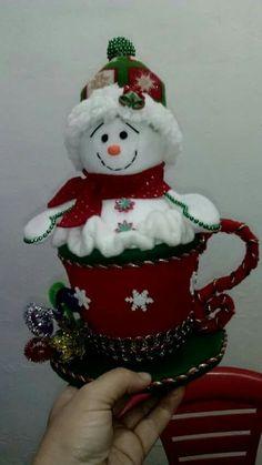 Easy & Creative Crafts Ideas With Old Socks Idee artigianali facili e creative con vecchi calzini Snowman Christmas Decorations, Snowman Crafts, Christmas Themes, Diy And Crafts, Christmas Wreaths, Christmas Crafts, Christmas Ornaments, Holiday Decor, Christmas Sewing