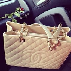 There are 2 tips to buy bag chanel inspired purse tan purse channel purse. There are 2 tips to buy bag chanel inspired purse tan purse channel purse. Chanel Tote, Chanel Handbags, Chanel Chanel, Designer Handbags, Channel Purse, Channel 2, Gucci Gang, Dior, Leather