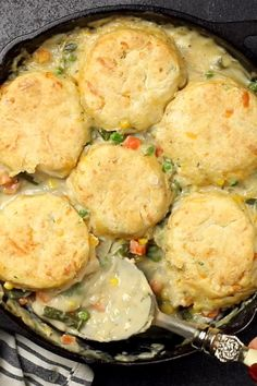 This rich and comforting Vegetable Pot Pie Skillet is made fast and easy for weeknight dinners thanks to frozen vegetables. Comfort food all in one skillet! Fast Easy Dinner, Fast Dinner Recipes, Fast Dinners, Yummy Easy Dinners, Easy Dinner Meals, Easy Dinners For One, Fast Easy Meals, Easy Weeknight Dinners, Dinner Ideas