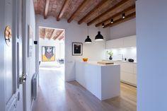 SANTOS kitchen | El color blanco de esta cocina, modelo LINE-E de Santos, permite resaltar el techo con vuelta catalana de la vivienda. Proyecto de Enca Interiors, distribuidor de #cocinasSantos. #cocinaabierta #cocinasblancas