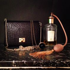Le petit #sac Chou noir avec le sautoir #arisgeldis et les parfum #acquadegenova  #bag #autumn #avrilgau ##jewellery