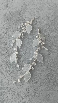 Wire Jewelry Designs, Handmade Wire Jewelry, Handmade Hair Accessories, Bridal Hair Accessories, Beaded Jewelry, Clear Glass, Glass Beads, Birthday Gifts For Boyfriend Diy, French Beaded Flowers
