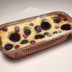 Der Kuchen besteht u.a. aus 40 g Reisflocken, die in Flüssigkeit eingeweicht werden müssen. Ich verwende etwa 30 g ungesüßte Mandelmilch und bedecke damit so gerade eben die Flocken. Nach einer Stu…