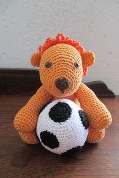 Oranje mascotte. in de bal zit het melodietje, Nederland die heeft de bal.  Gemaakt door C.Koek.
