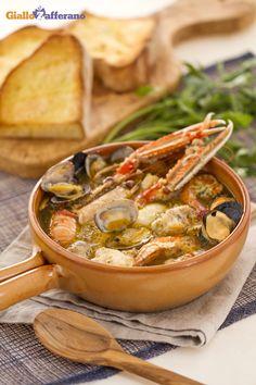 Zuppa di pesce: è un piatto di origini povere, qua rivisitato con tanto pesce fresco e fragranti crostoni di pane.   [Fish soup]