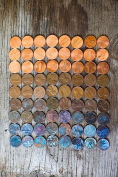 How to Change Color of Pennies or other copper objects: 1/4 c white vinegar, 1 tsp salt, A clear, shallow bowl (not metal), Paper Towels. Mix salt & vinegar in bowl. Stir til salt dissolves. Add pennies. After 5 min, take out half of pennies; Put on paper towel. Remove rest of pennies. Rinse them really well under running water, & put on a paper towel. In abt 1 hour rinsed pennies will look shiny and unrinsed pennies will be coated with a blue-green compound called malachite. Atelier D Art, How To Patina Copper, Copper Penny, Patina Metal, Patina Paint, Coin Art, Pennies Crafts, Penny Picture, How To Clean Pennies