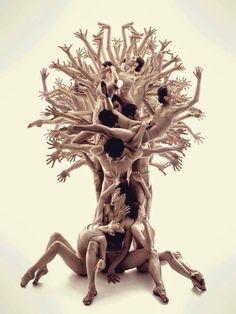 Mensen vormen hun kern bron van leven. De ketting van puur leven zijn de takken en de wortels. Onze kinderen vormen nu de blaadjes