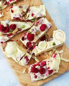 """Köket.se on Instagram: """"Många drömmer om en vit jul - vi drömmer mest om @camillahamid's vita rocky road med hallon, pistage och citron ❄️⭐️ Receptet hittar du…"""""""
