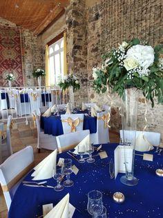 Centre de table que de roses, hortensias et gipsophiles www.arumanis.fr Flute, Roses, Table Decorations, Furniture, Home Decor, Hydrangeas, Center Table, Modern, Weddings