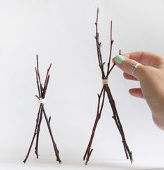 DIY Twig Tabletop Teepees May even be cute as cake topper with fondant cloth around it. Baby Shower Parties, Baby Shower Themes, Baby Shower Decorations, Shower Ideas, Diy Teepee, Teepee Party, Bohemian Baby, Boho Diy, Tribal Baby Shower