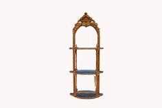 Mirror#1.0      Antiker Spiegel mit drei Ablageebenen.  In vergoldeten Rahmen eingefasst. Outdoor Structures, Mirror, Furniture, Home Decor, Antiqued Mirror, Restore, Frame, Decoration Home, Room Decor
