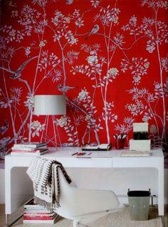 Papier peint à la main De Gournay aux motifs de chinoiseries rouge.