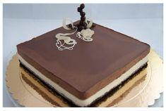 Tarta mousse de chocolate blanco y chocolate negro sobre base de galleta de chocolate y cobertura de ganaché de chocolate negro. Receta con fotos del paso a paso.