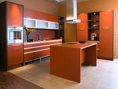 cocina moderna con muebles e isla de color naranja