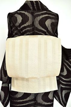清々しさの中にも柔らかでおだやかな風合いのある象牙色で献上独鈷縞が織り出された涼やかな紗の夏名古屋帯です。