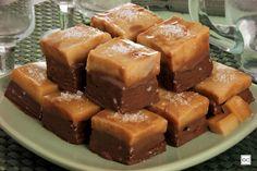 A receita de fudge de chocolate com caramelo salgado é a escolha perfeita para você inovar e sair do padrão. Quando pronta, essa sobremesa rende diversas porções. Banana Com Chocolate, Coco, Truffles, Brownies, Recipies, Food And Drink, Pudding, Cooking, Sweet
