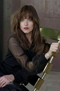 Dakota Johnson was born in His blue eyes and natural hair color is brown. She would get very nice mix of brown hair dye hair colors. Dakota Johnson Hair, Dakota Johnson Style, Dakota Mayi Johnson, Cut And Style, Cut And Color, Hairstyles With Bangs, Cool Hairstyles, Long Hair With Bangs, Grunge Hair